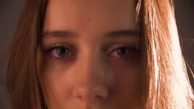 Gesicht des Abschlusses der jungen Frau oben stock footage