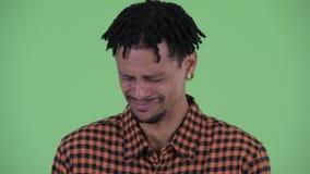 Gesicht des betonten jungen afrikanischen Mannes, der traurig schauen und des Schreiens stock video footage