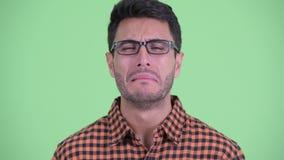 Gesicht des betonten jungen hispanischen Hippie-Mannes, der traurig schauen und des Schreiens stock video footage