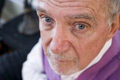Gesicht des ernsten älteren Mannes, der entlang der Kamera anstarrt Lizenzfreie Stockfotos