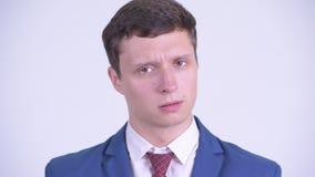Gesicht des ernsten jungen Geschäftsmannes, der nicht Kopf nickt stock video