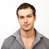 Gesicht des jungen freundlichen Mannes mit nettem Lächeln Stockbilder