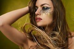 Gesicht des jungen Mädchens s mit fantastischem Make-up lizenzfreies stockfoto