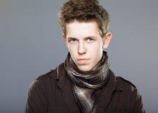 Gesicht des jungen Mannes auf Grau Stockfotografie