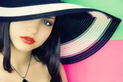 Gesicht des jungen schönen Brunette im Hut Stockfoto