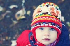 Gesicht des Kindes in einer Schutzkappe Stockfoto
