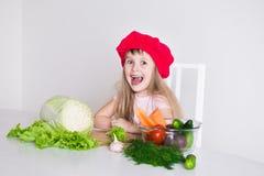 Gesicht des kleinen Mädchens, roter Hut, Abschluss oben Lizenzfreie Stockfotografie