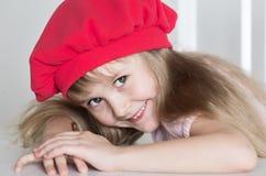 Gesicht des kleinen Mädchens, roter Hut, Abschluss oben Lizenzfreie Stockfotos
