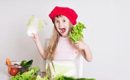 Gesicht des kleinen Mädchens, roter Hut, Abschluss oben Stockfoto