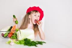 Gesicht des kleinen Mädchens, roter Hut, Abschluss oben Stockfotografie