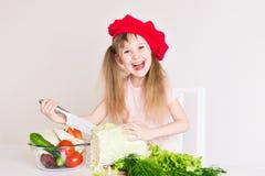 Gesicht des kleinen Mädchens, roter Hut, Abschluss oben Stockbild