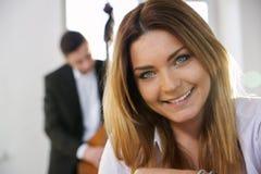 Gesicht des Lächelns der jungen Frau auf Kamera Stockbilder