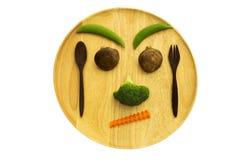 Gesicht des Mischungsgemüses vermehren sich, Karotte, Brokkoli, Bohne und hölzernes Gerät explosionsartig Stockfoto