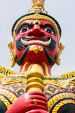 Gesicht des roten Dämon-Wächters am thailändischen Tempel in Malaysia Stockfotografie
