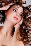Gesicht des schönen Mädchens mit den langen lockigen Haaren Lizenzfreie Stockbilder