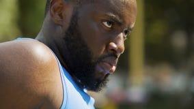 Gesicht des Schwitzens des afroen-amerikanisch Athleten, der ernsthaft vorwärts, Motivation schaut stock footage