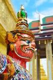 Gesicht des selektiven Fokus auf riesiger Statue bei Wat Phra Kaew in Bangkok, Thailand Stockfotos