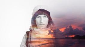 Gesicht des Wanderers des jungen Mannes und des erstaunlichen Seesonnenuntergangs Doppelbelichtungseffektphotographie Lizenzfreies Stockfoto