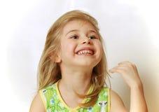 Gesicht des wenig blonden Mädchenlachens lizenzfreies stockfoto