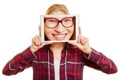 Gesicht einer Frau auf einer Tablette stockfotografie