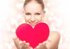 Gesicht einer schönen jungen Frau mit rotem Herzen Stockfoto