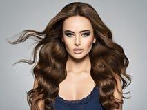 Gesicht einer Schönheit mit dem langen braunen Haar lizenzfreies stockbild
