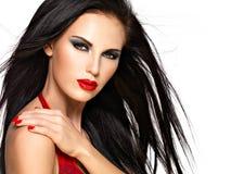 Gesicht einer Schönheit mit roten Nägeln und den Lippen Stockfotos