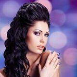 Gesicht einer sexy Frau mit blauen Nägeln Stockbild