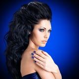 Gesicht einer sexy Frau mit blauen Nägeln Stockfotografie