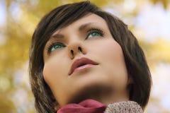 Gesicht eines jungen Mädchens, das in der Natur ist Stockbilder