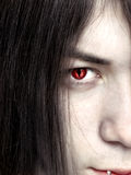Gesicht eines jungen männlichen Vampirsabschlusses oben Lizenzfreies Stockfoto