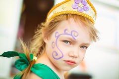 Gesicht eines kleinen Mädchens mit einem Bild lizenzfreie stockfotografie