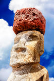 Gesicht eines moai mit einem roten Hut in der Osterinsel Lizenzfreie Stockbilder