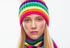 Gesicht, ernst, Hut, Schal, weißer Hintergrund Stockfotografie