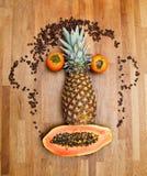 Gesicht gebildet von den Früchten stockbilder
