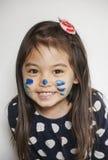 Gesicht gemalt von der Mama Stockfotos