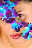 Gesicht hinter Blumen Stockbilder