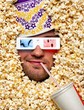 Gesicht im Popcorn, das Film 3D überwacht Stockbilder