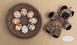 Gesicht mit acht Eiern im runden Weidenkorb Lizenzfreies Stockbild