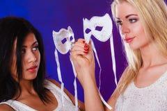 Gesicht mit zwei Frauen mit venetianischen Masken des Karnevals Lizenzfreie Stockfotografie