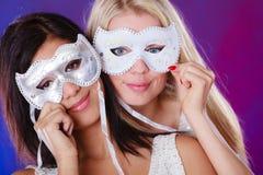 Gesicht mit zwei Frauen mit venetianischen Masken des Karnevals Lizenzfreies Stockfoto