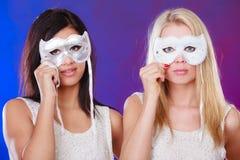 Gesicht mit zwei Frauen mit venetianischen Masken des Karnevals Stockfotos
