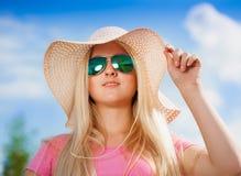 Gesicht, Sonnenbrille, Hut, Lächeln, weiße Zähne, blauer Himmel, Abschluss oben Lizenzfreies Stockfoto