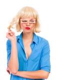 Gesicht verziehendes blonde Frau mit gefälschten Augen. Stockfotografie