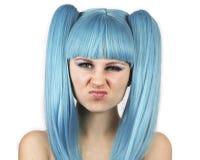 Gesicht verziehendes Frau mit blauer Perücke stockfotografie