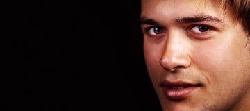 Gesicht von einem stattlichen freundlichen Mann mit Exemplarplatz lizenzfreies stockfoto