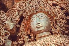 Gesicht von Shiva Lord-Skulptur auf Wand der alten Entlastung 12. centur Hindu Hoysaleshwara-Tempel in Halebidu, Indien Stockfotografie