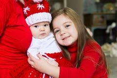 Gesicht, Weihnachtshut, roter Anzug, übergibt Mutter, Spaß Lizenzfreies Stockfoto