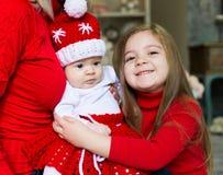 Gesicht, Weihnachtshut, roter Anzug, übergibt Mutter, Spaß Lizenzfreie Stockfotos