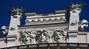 Gesichter auf Gebäude in Riga Stockfoto